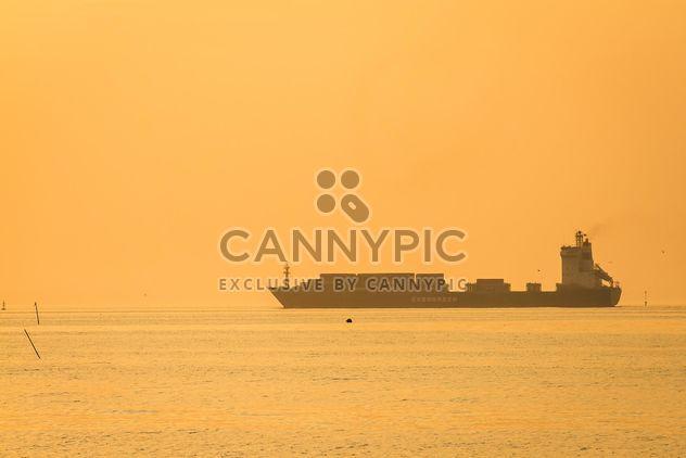 Корабль в море на закате - Free image #136347