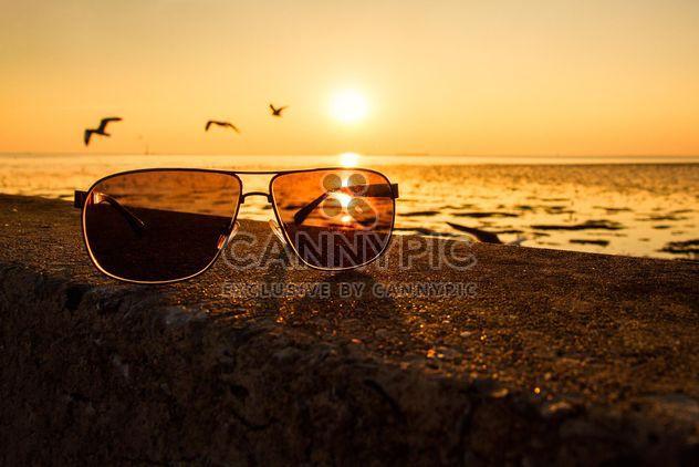 Gafas de sol en una playa - image #136357 gratis
