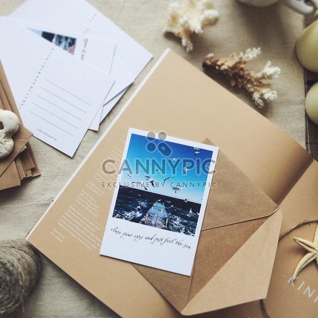 Cartes postales, enveloppes et livre ouvert - image gratuit #136517