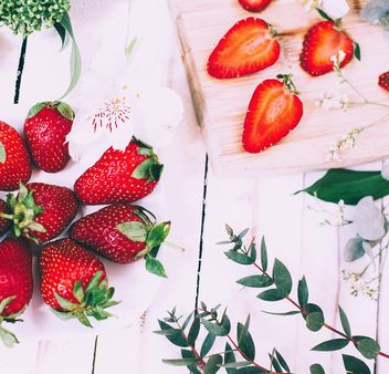 Fresh strawberries, flowers and green leaves - image #136607 gratis