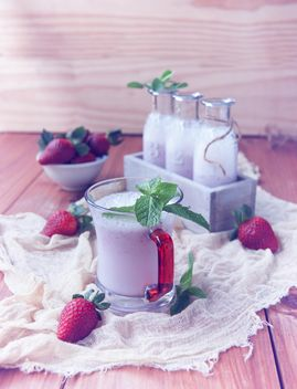 milkshake in bottles and fresh strawberry - image gratuit #136657