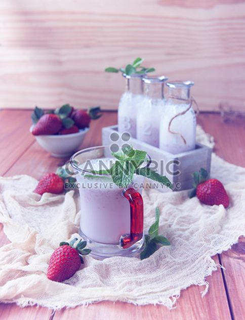 batido de leche en botellas y fresa fresca - image #136657 gratis