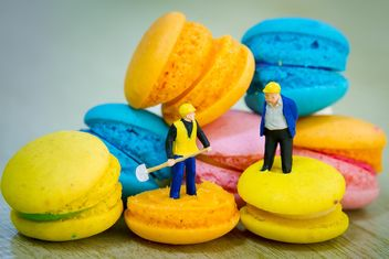 Tiny figurines on macarons - Free image #152557