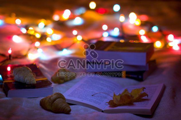 Libros, croissants y guirnaldas closeup - image #182567 gratis