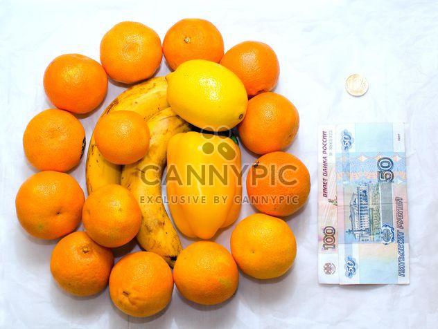 Frutas maduras e dinheiro no fundo branco - Free image #182577