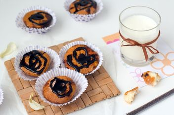 Cupcakes and glass of milk - image #182717 gratis