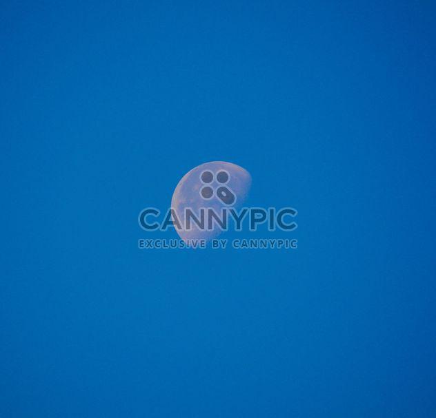 Lune dans le ciel bleu - image gratuit #182787