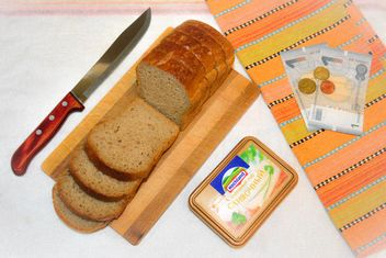 Bread, box of cheese and money - image #182797 gratis
