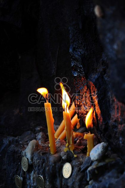 Pièces de monnaie et des bougies brûlants - image gratuit #182977
