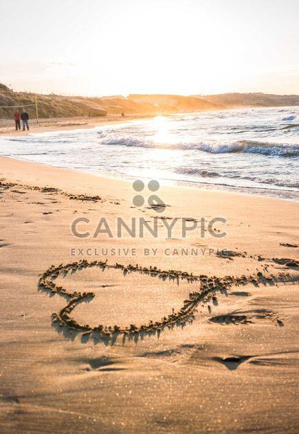 Coeur sur le sable au coucher du soleil - image gratuit #182987