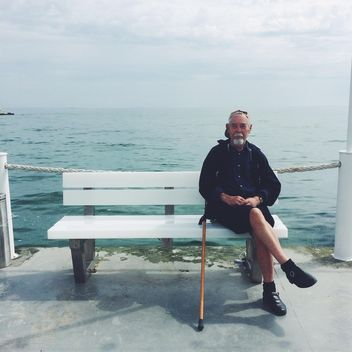 Old man sitting on a bench - бесплатный image #183307
