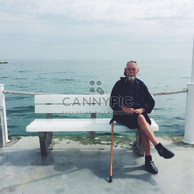 Velho sentado num banco - Free image #183307