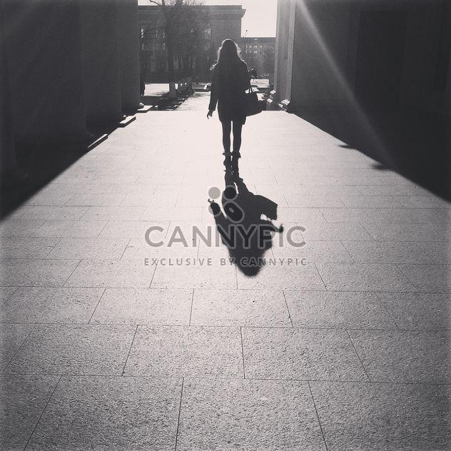 Mädchen zu Fuß auf der Straße in sonniger Tag, schwarz / weiß - Kostenloses image #183667