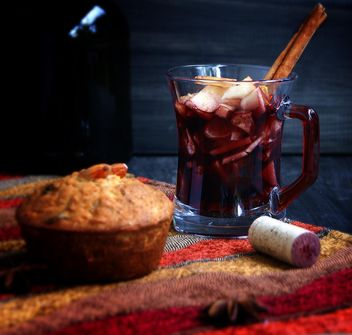 hot cup of red wine and cupcake - image gratuit #183917