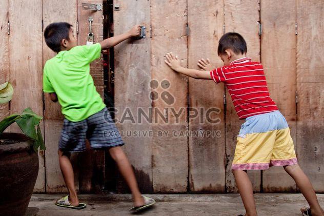 Deux garçons asiatiques près de clôture en bois - image gratuit #184177