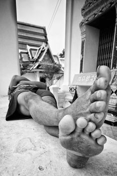 Legs of sleeping man on street, black and white - бесплатный image #184197