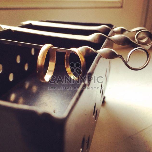 Обручальные кольца на мангале - бесплатный image #184347
