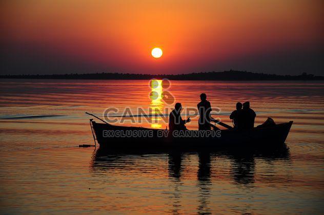silhuetas de pescadores no lago - Free image #185777