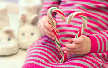 Candy cane in kid's hands - Kostenloses image #185817