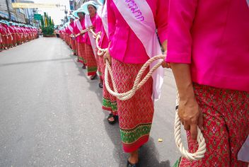 Women in pink clothes holding long rope - image #186327 gratis