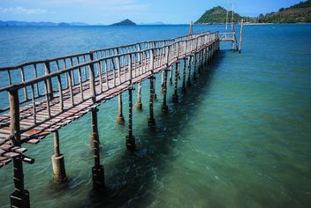 Beutiful wooden bridge in water - image #186427 gratis