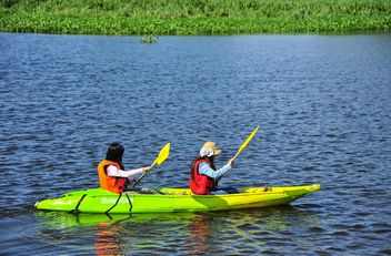 Kids kayaking in river - image #186517 gratis