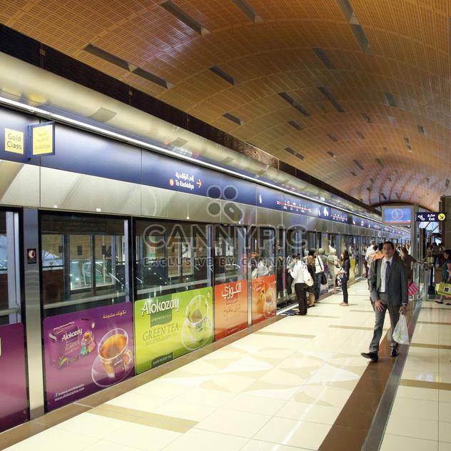 Люди на станции метро, Дубай - бесплатный image #186677
