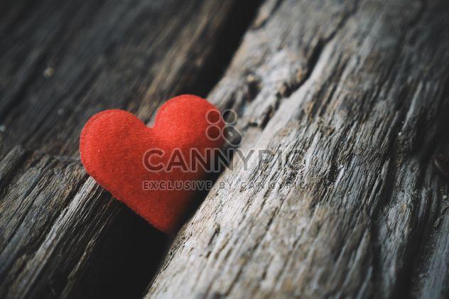 Красное сердце на деревянных фоне - бесплатный image #187097
