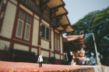 Miniature man in the street - image gratuit #187147