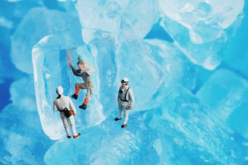 Miniature people and ice cubes - image gratuit #187157