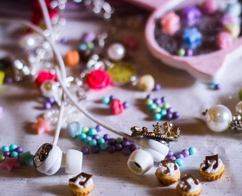 earphones and a lot of different knickknacks - image gratuit #187227