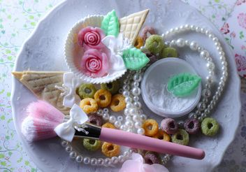 Pink makeup brush and pearls on a plate - бесплатный image #187257