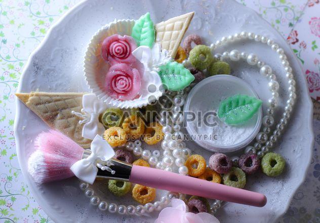 Pincel de maquiagem rosa e pérolas em um prato - Free image #187257