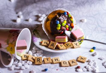 muffins near wooden letters in the phrase Happy Birthday - бесплатный image #187297