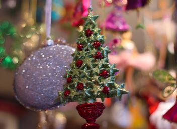 Close up of hristmas tree toy with glitter - image gratuit(e) #187347