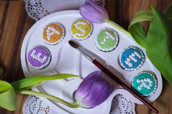 Word Easter on palette with paintbrush and tulips - image #187567 gratis
