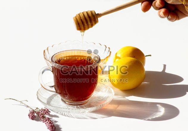 L'ajout de miel dans du thé chaud - image gratuit #187817