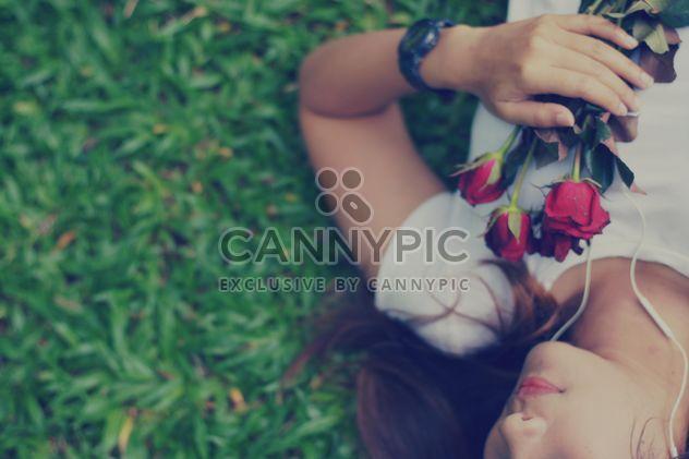 Menina com rosas deitado na grama - Free image #198087