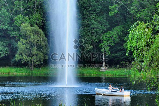 Feliz romántico pareja remo y bote en el lago, - image #198157 gratis