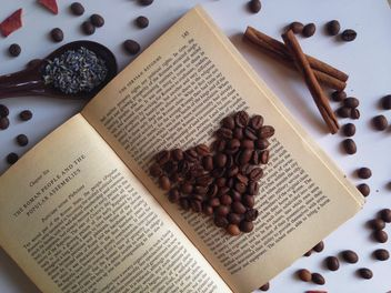 coffee beans on the open book - бесплатный image #198757