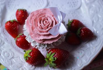 strawberry with cupcake - image gratuit(e) #201057