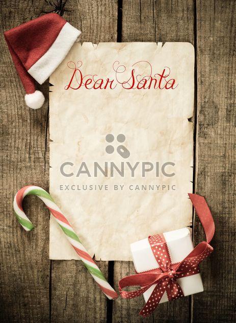 Письмо Санта Клаус и рождественские украшения над деревянными фоне - бесплатный image #271597