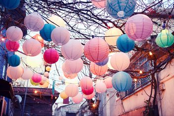 colorful lanterns in cafe in Istanbul - image #272337 gratis
