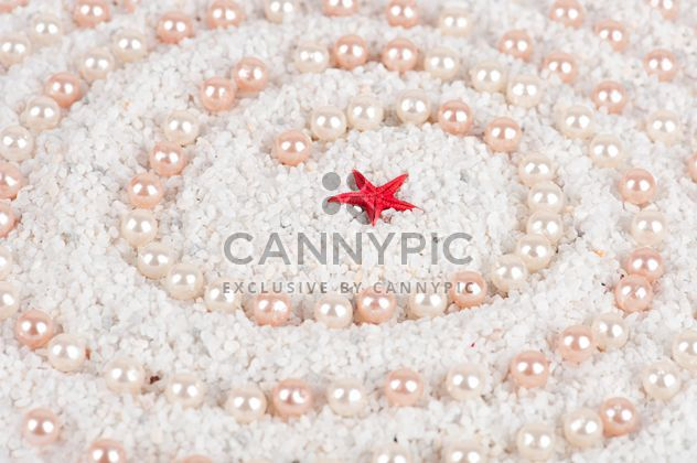 Perles et étoiles de mer sur le sable - image gratuit #272577