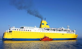 Large yellow ship on the water - image gratuit #272617