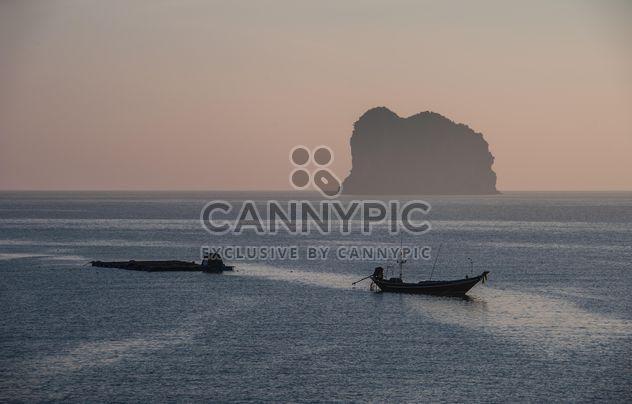 Рыбацкие лодки на воде - бесплатный image #273527