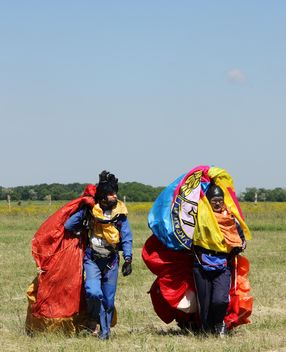 Two men with parachute - image #273757 gratis