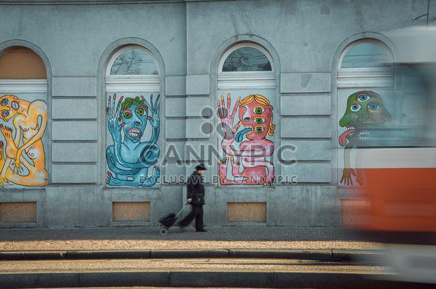 Трамвай, женщина и здание с граффити - бесплатный image #273857