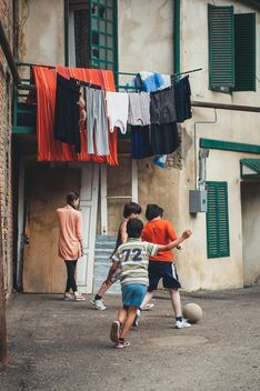 Children playing soccer - image gratuit(e) #273877