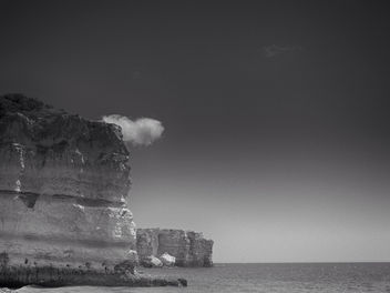 Black & White Sea Against Rocks - image gratuit #286617
